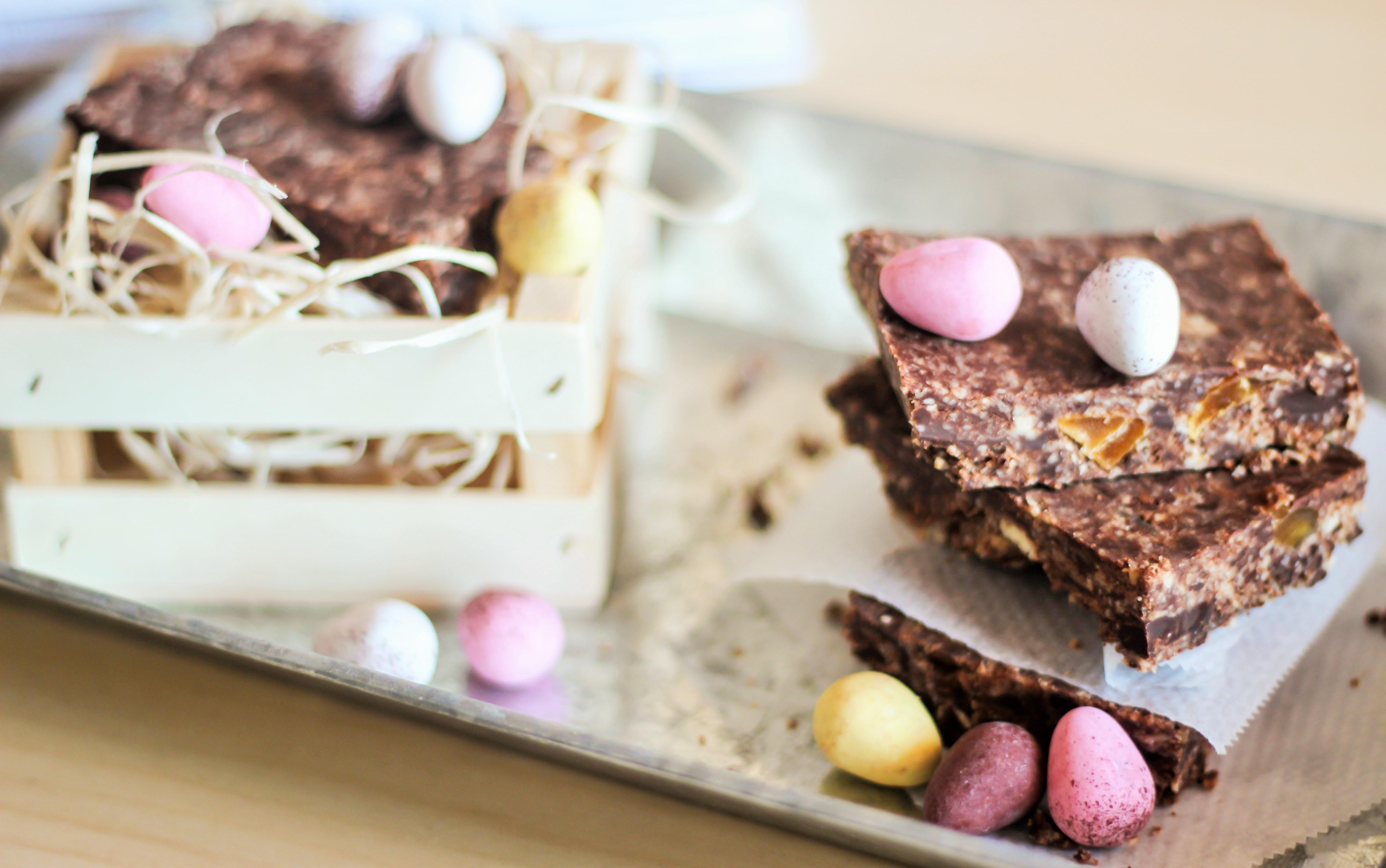 Rohe Ostern-schokolade und Mandel-brownie