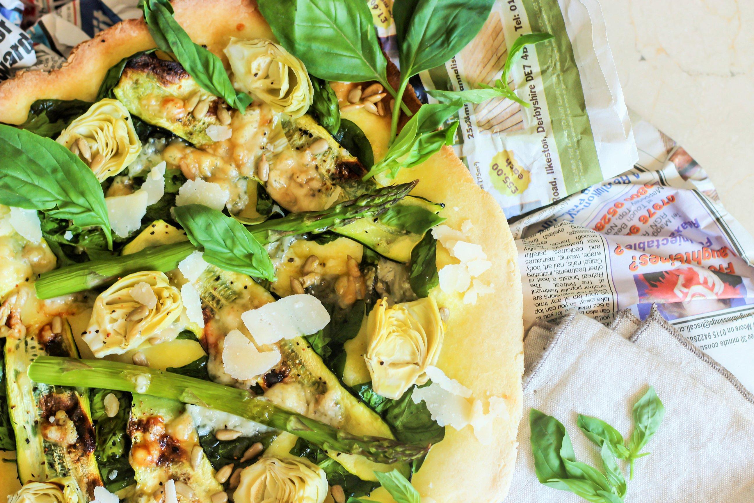Hausgemachte Pizza mit Frischem Gemüse und Azada Olivenöl und Basilikum